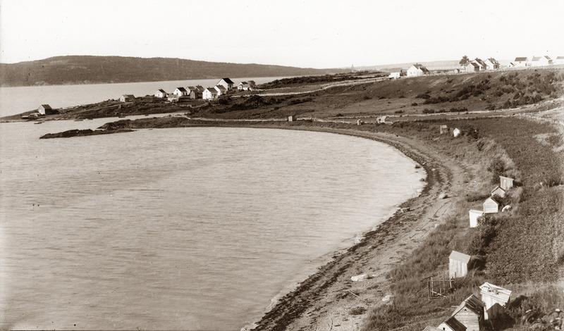 <p>Port de la Fontaine Claire.<br /><br />Afin d&rsquo;assurer un acc&egrave;s au havre naturel de la Fontaine Claire situ&eacute; au pied de la c&ocirc;te, une route publique, le Chemin de la Gr&egrave;ve, fut ouverte en 1838. La proximit&eacute; du havre encouragea l&rsquo;installation des p&ecirc;cheurs, des charretiers ainsi que des navigateurs et capitaines comme les Dutremble, Desrosiers, Verret, Nadeau, Vaillancourt, Gauthier dit Larouche et Chartier.&nbsp; Ces bateliers assuraient le transport des commandes des marchands de Cacouna provenant de la ville, de m&ecirc;me que l&rsquo;acheminement des produits locaux vers Qu&eacute;bec.<br /><br />Source photo:<br />Photo : E. Mercier, coll. Famille Antonio Sirois</p>