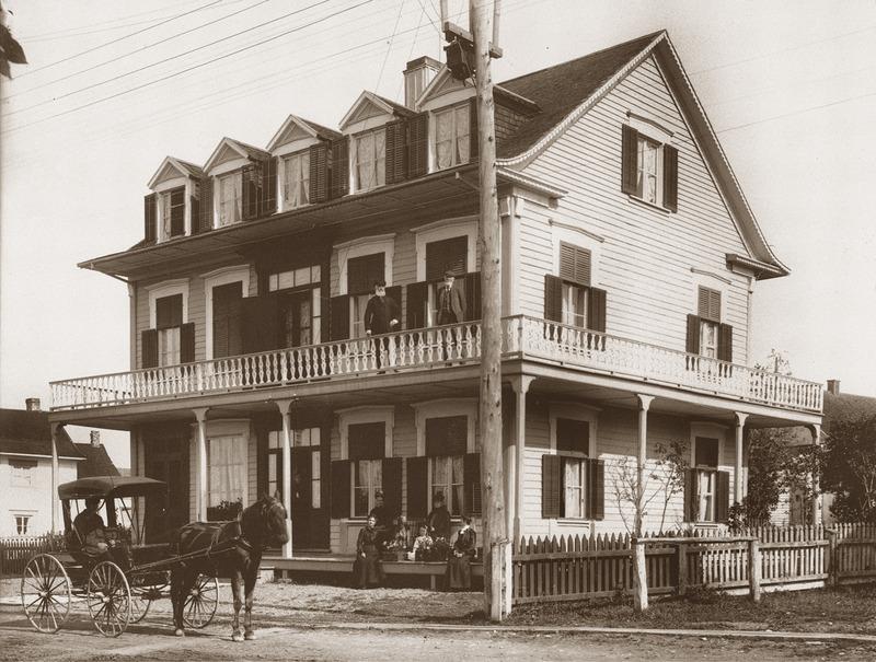 <p>La fa&ccedil;ade de l&rsquo;h&ocirc;tel Dufferin House, vers 1903.<br /><br />Avec l&#39;essor du tourisme, de nouveaux marchands s&#39;install&egrave;rent. En1864, le n&eacute;gociant Abraham DeVillers se fit construire par un menuisier du village, Louis Dub&eacute;, une grande maison.&nbsp; Au rez-de-chauss&eacute;e, il am&eacute;nagea un magasin g&eacute;n&eacute;ral.&nbsp; Pendant l&#39;&eacute;t&eacute;, il louait une partie des pi&egrave;ces r&eacute;serv&eacute;es &agrave; sa famille, &agrave; l&#39;&eacute;tage sup&eacute;rieur, de m&ecirc;me qu&rsquo;une section de ses &eacute;curies.&nbsp; Amateur de courses hippiques, Monsieur DeVillers gardait de nombreux chevaux que des charretiers engag&eacute;s attelaient pour promener les visiteurs instaurant ainsi le tout premier taxi.&nbsp; Il vendait &eacute;galement de la glace, alors indispensable pour conserver les aliments, n&eacute;goce qui s&rsquo;av&eacute;ra fort lucratif.<br /><br />Source photo:<br />Mus&eacute;e du Bas-Saint-Laurent, fonds Belle-Lavoie</p>