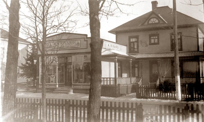 <p>Le magasin d&rsquo;Aim&eacute; Rivard, annex&eacute; &agrave; la maison, vers 1930.&nbsp;<br /><br />En 1928, Aim&eacute;, le fils a&icirc;n&eacute; d&rsquo;Eus&egrave;be Rivard, acquit du cultivateur Georges Dionne le terrain en biais de l&rsquo;autre c&ocirc;t&eacute; de la rue Principale.&nbsp; Il engagea des ouvriers pour construire sa demeure.&nbsp; Par la suite, il fit accoler au mur de celle-ci son commerce pourvu d&rsquo;une devanture vitr&eacute;e.<br /><br />Source photo:<br />Coll. Normand Rivard</p>