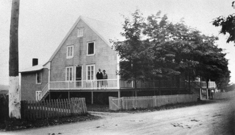 <p>Le Beaus&eacute;jour et ses propri&eacute;taires, Georges Dionne et son &eacute;pouse.<br /><br />Cette robuste maison de bois, au sud du chemin, a &eacute;t&eacute; b&acirc;tie en 1833 par un menuisier de Saint-Jean-Port-Joli, Michel Philibert.&nbsp; Elle a &eacute;t&eacute; construite &agrave;&nbsp; l&rsquo;ancienne, en pi&egrave;ce sur pi&egrave;ce, selon un plan rectangulaire, et surmont&eacute;e d&rsquo;un comble &agrave; pignon carr&eacute;. De 1833 &agrave; 1896, on s&rsquo;en servit surtout comme maison de ferme, mais la partie est du rez-de-chauss&eacute;e et du sous-sol abritait un magasin o&ugrave; trois agriculteurs-marchands se succ&eacute;d&egrave;rent.<br /><br />Source photo:<br />Coll. Rita Marquis</p>
