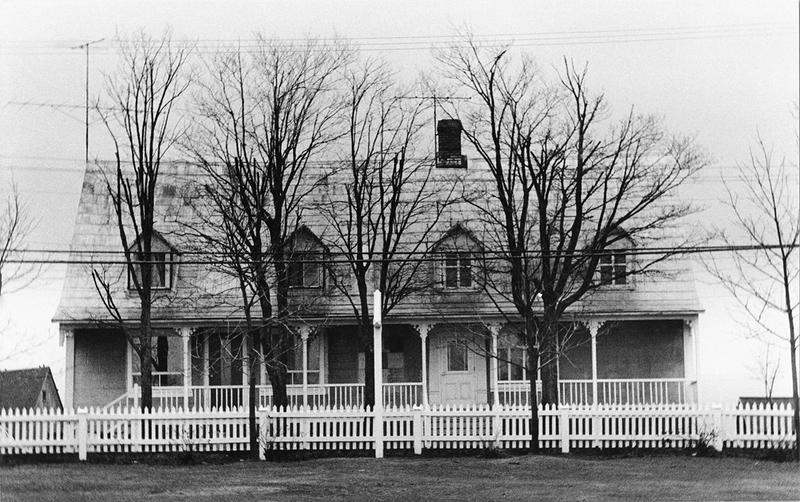<p>La maison de pension en 1974.<br /><br />Comme Abraham Pelletier, premier propri&eacute;taire, pr&eacute;voyait louer des chambres aux estivants, il avait fait percer la toiture de son imposante demeure de onze lucarnes dont trois ont &eacute;t&eacute; enlev&eacute;es par la suite.<br /><br />Source photo:<br />Photo : Lynda Dionne</p>