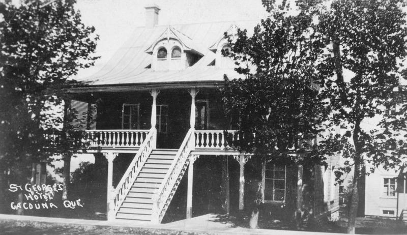 <p>H&ocirc;tel St-Georges.<br /><br />La maison, qui ne compta d&rsquo;abord qu&rsquo;un &eacute;tage et demi, fut construite en 1859 par son propri&eacute;taire, Louis Dub&eacute;, ma&icirc;tre menuisier.&nbsp; Lorsque M. Euclide Lamoureux en devint propri&eacute;taire, en 1908, il rehaussa la maison d&rsquo;un &eacute;tage et la transforma en h&ocirc;tel.&nbsp; Salle &agrave; manger, salle de danse, rien n&rsquo;y manquait.&nbsp; L&rsquo;H&ocirc;tel St-Georges&nbsp; prit l&rsquo;allure des constructions victoriennes.<br /><br />Source photo:<br />Coll. Yves Lebel</p>