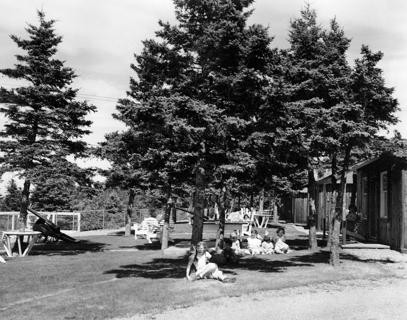 <p>Les familles en vacances aux cabines du Manoir Cacouna profitaient du milieu bois&eacute;.<br /><br />Apr&egrave;s la guerre 1939-45, les abords du Saint-Laurent &eacute;taient plus que jamais un endroit pris&eacute; par de nombreuses familles qu&eacute;b&eacute;coises. La location de cabines, &agrave; peu de frais, leur permettait d&rsquo;y passer leurs vacances. Ils y admiraient le paysage, s&rsquo;adonnaient &agrave; des jeux ext&eacute;rieurs et se baignaient au fleuve.<br /><br />Source photo:<br />Coll. Famille L&eacute;on Dionne</p>