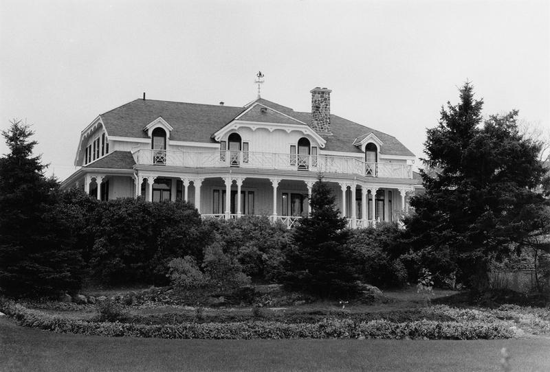 <p>Villa Mackay en 1992.<br /><br />Cette villa a appartenu &agrave; des magnats de l&rsquo;industrie du bois et du textile qui venaient y passer leurs vacances.&nbsp; En 1866, George Benson Hall, propri&eacute;taire de grosses scieries, se fit construire une pittoresque demeure d&rsquo;allure anglaise sur ce terrain.&nbsp; Sa r&eacute;sidence principale &eacute;tait le c&eacute;l&egrave;bre Manoir Montmorency qui est situ&eacute; pr&egrave;s des chutes du m&ecirc;me nom.&nbsp; Mme George W. Hamilton devint propri&eacute;taire de la villa en 1874 et, deux ans plus tard, elle en c&eacute;da la moiti&eacute; &agrave; son beau-fr&egrave;re, le r&eacute;v&eacute;rend Charles C. Hamilton.&nbsp; Chaque famille poss&eacute;dait la moiti&eacute; de la b&acirc;tisse et du terrain.&nbsp; M. Robert Mackay, grossiste en tissus montr&eacute;alais, acheta la partie ouest en 1883 et, vingt-deux ans plus tard, la partie est qui &eacute;tait pass&eacute;e en de nombreuses mains.&nbsp; Selon le journal Montreal Standard,&nbsp; M. Mackay&nbsp; &eacute;tait, en 1907, l&rsquo;un des 23 plus grands financiers canadiens.&nbsp; Il &eacute;tait de plus s&eacute;nateur &agrave; Ottawa et il si&eacute;geait sur de nombreux conseils d&rsquo;administration.&nbsp;&nbsp; En 1926, la villa fut modifi&eacute;e par l&rsquo;&eacute;pouse de son fils George qui fit alors appel &agrave; l&rsquo;architecte H. W. Davis, de Montr&eacute;al.&nbsp; Ce dernier redessina l&rsquo;ext&eacute;rieur et l&rsquo;int&eacute;rieur de cette belle r&eacute;sidence de style n&eacute;ogothique.&nbsp; Du c&ocirc;t&eacute; nord, on am&eacute;nagea des galeries aux deux &eacute;tages pour permettre &agrave; la famille d&rsquo;admirer les parterres de fleurs et suivre les parties de tennis.<br /><br />Source photo:<br />Photo : Lynda Dionne</p>