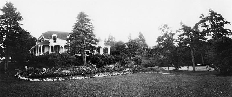 <p>Villa Mackay apr&egrave;s les modifications de 1926.<br /><br />Gr&acirc;ce &agrave; une restauration minutieuse, la villa &eacute;voque toujours cette &eacute;l&eacute;gante grande dame que fut Laura E. Mackay ainsi que les 90 ann&eacute;es pendant lesquelles sa famille fr&eacute;quenta Cacouna.<br /><br />Source photo:<br />Mus&eacute;e du Bas-Saint-Laurent, Fonds Belle-Lavoie</p>