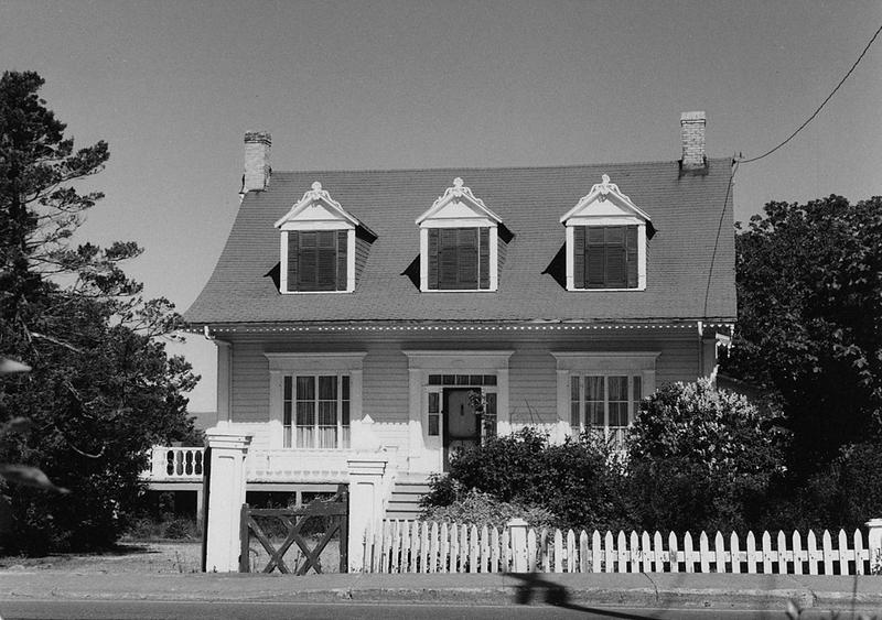 <p>La villa Airlie.<br /><br />En 1863, William Poston, gentilhomme et marchand de Qu&eacute;bec, chargea le menuisier Abraham Gagn&eacute; de lui construire une r&eacute;sidence d&rsquo;&eacute;t&eacute; o&ugrave; sa famille revint pendant 39 ans.&nbsp; Le b&acirc;timent rappelle les habitations rurales de la r&eacute;gion, dont il a la charpente.&nbsp; Cependant, le solage est beaucoup plus &eacute;lev&eacute; car on voulait installer la cuisine au sous-sol.<br /><br />Source photo:<br />Photo : Lynda Dionne</p>