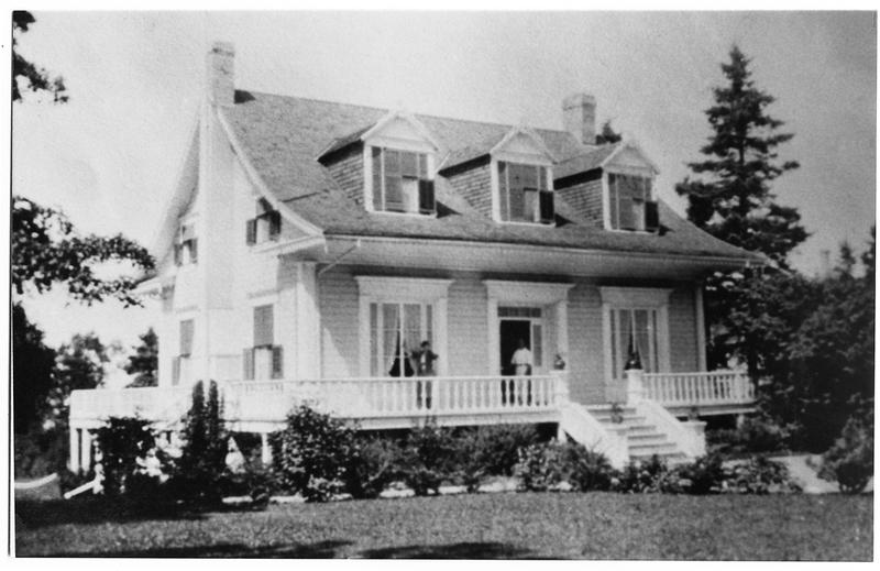 <p>La villa Airlie, vers 1920. Coll. Ann Arkell<br /><br />Depuis 1912, c&rsquo;est la famille de Peter Ogilvie, de Montr&eacute;al, qui poss&egrave;de la villa Airlie.<br />M. Ogilvie, entrepreneur-plombier de Montr&eacute;al, &eacute;tait d&rsquo;abord venu au village pour faire la plomberie de la r&eacute;sidence d&rsquo;&eacute;t&eacute; de Sir Montagu Allan, propri&eacute;taire de la compagnie maritime Allan Line, qui faisait r&eacute;guli&egrave;rement appel &agrave; ses services.&nbsp; Les Ogilvie furent vite s&eacute;duits par le fleuve et les plages.&nbsp; Plusieurs villas de Cacouna ont eu l&rsquo;eau courante gr&acirc;ce &agrave; lui.</p>