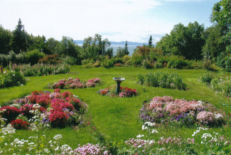 <p>Vue sur les jardins color&eacute;s d&#39;Ann Arkell.<br /><br />Encore aujourd&rsquo;hui, sous les soins attentionn&eacute;s d&rsquo;Ann Arkell, petite fille de Peter Ogilvie, les jardins richement color&eacute;s de la villa Airlie s&rsquo;int&egrave;grent magnifiquement au d&eacute;cor naturel et romantique de Cacouna.<br /><br />Source photo:<br />Coll. Ann Arkell</p>