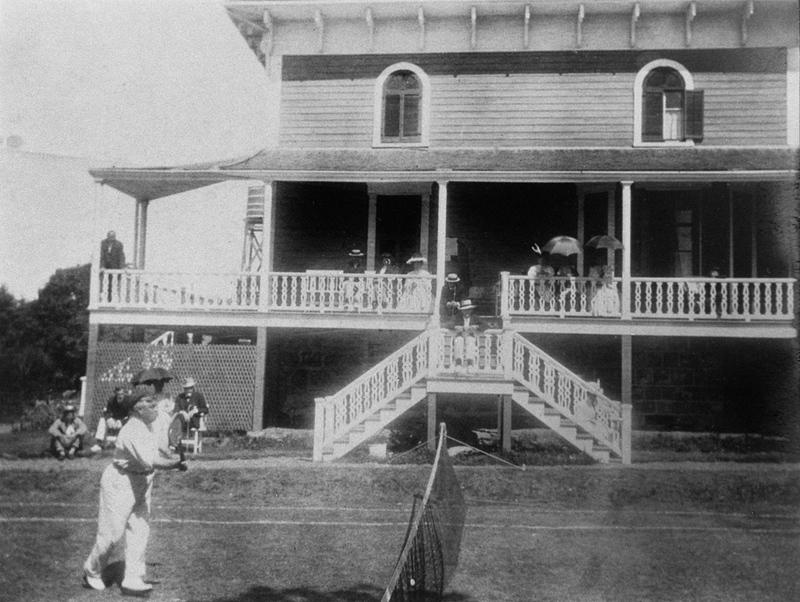 <p>Chez les Yates, vers 1900.<br /><br />Les Yates aimaient recevoir et leurs invit&eacute;s appr&eacute;ciaient non seulement leur hospitalit&eacute;, mais aussi les jardins et le terrain de tennis am&eacute;nag&eacute;s dans le bois&eacute;.&nbsp; Devant la maison, Mme Yates organisait des bazars au profit de l&rsquo;&eacute;glise anglicane St. James the Apostle.<br /><br />Source photo:<br />Photo : Mary Tudor Montizambert, coll. David Crombie</p>