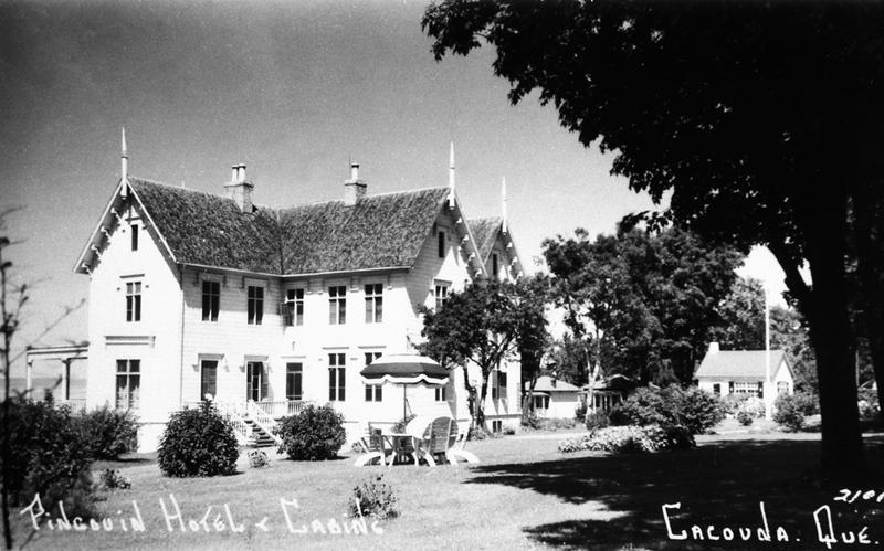 <p>H&ocirc;tel Pingouin.<br /><br />Quarante ans plus tard, la villa qui avait alors 77 ans fut transform&eacute;e en h&ocirc;tel et entour&eacute;e de petits chalets.&nbsp; Jusqu&rsquo;en 1970, monsieur Ernest Larouche puis la famille L&eacute;tourneau y accueillirent des vacanciers qui faisaient le tour de la Gasp&eacute;sie.<br /><br />Source photo:<br />Carte postale, coll. Louise L&eacute;tourneau</p>
