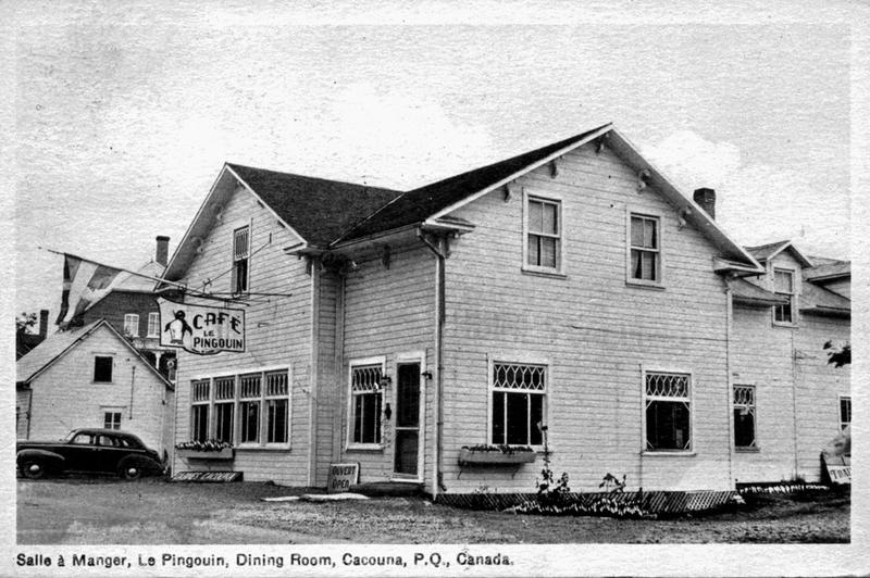 <p>Caf&eacute; le Pingouin (Au Fleuve d&rsquo;Argent), vers 1945.<br /><br />Au sud de la route, l&rsquo;h&ocirc;telier Ernest Larouche fit construire un restaurant. En fin d&rsquo;apr&egrave;s-midi ou en d&eacute;but de soir&eacute;e, les voyageurs s&rsquo;y arr&ecirc;taient pour louer une des quinze chambres ou cabines. Une fois install&eacute;s, ces derniers traversaient la rue pour se rendre au Caf&eacute; le Pingouin. Ils y profitaient d&rsquo;un bon repas ou d&rsquo;un lunch en soir&eacute;e.<br /><br />Source photo:<br />Carte postale, coll. Yves Lebel</p>