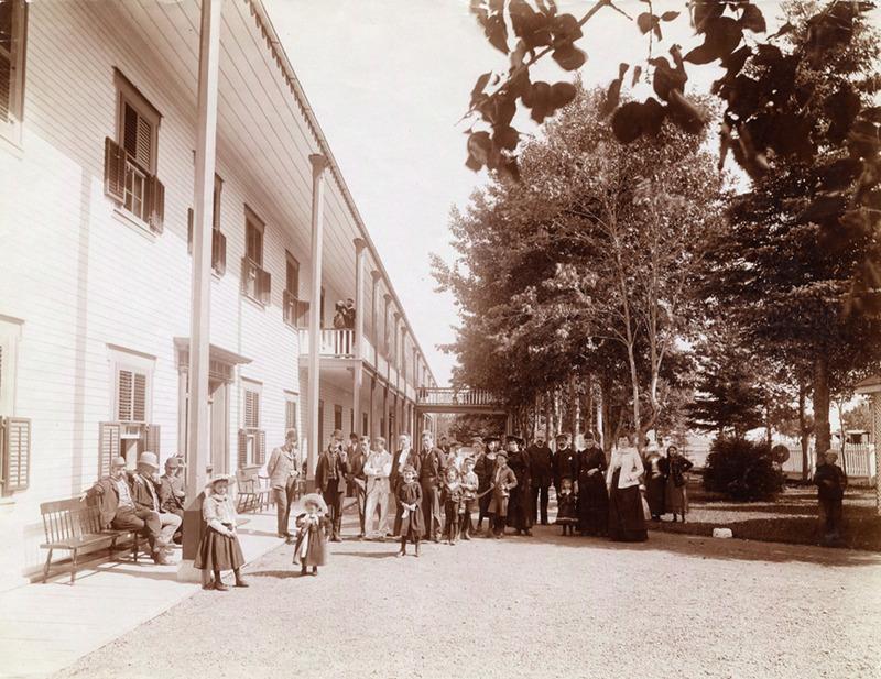 <p>La fa&ccedil;ade de l&rsquo;h&ocirc;tel St. Lawrence Hall, vers 1900.<br /><br />L&rsquo;h&ocirc;telier Hugh O&rsquo;Neill de Qu&eacute;bec fit construire, en 1863, un h&ocirc;tel imposant, en forme de &laquo;L&raquo;.&nbsp; Le St. George&rsquo;s Hotel, rebaptis&eacute; le St. Lawrence Hall quatre ans plus tard, devint vite populaire et on dut l&rsquo;agrandir &agrave; deux reprises.&nbsp; Rien n&rsquo;avait &eacute;t&eacute; oubli&eacute; pour le plaisir des h&ocirc;tes; grande salle de bal, salon pour les dames, boutique d&rsquo;artisanat, salle de quilles et, pour les hommes, un fumoir, un salon de barbier, un poste t&eacute;l&eacute;graphique et une salle de billard.<br /><br />Source photo:<br />Archives nationales du Qu&eacute;bec, Fonds Livernois (P560, S1, P353)</p>