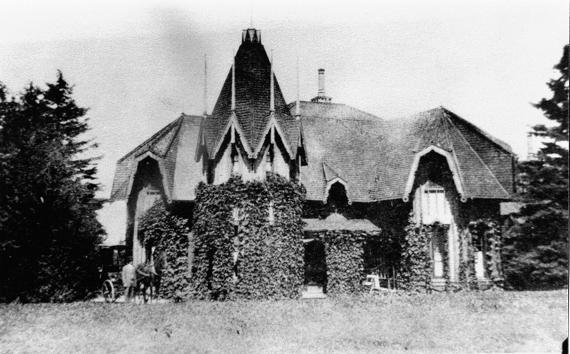 <p>Pine Cottage, propri&eacute;t&eacute; de Mlle Budden.<br /><br />Dame Agnes E. Budden, veuve du banquier Edwin H. King, de Montr&eacute;al, s&rsquo;en porta acqu&eacute;reur en 1902.&nbsp; Les membres de la famille Budden, qui conserv&egrave;rent la propri&eacute;t&eacute; pendant 70 ans, aimaient convier les enfants de la communaut&eacute; anglophone de Cacouna pour c&eacute;l&eacute;brer avec eux leurs anniversaires de naissance.<br /><br />Source photo:<br />Coll. Jacques Michaud, ptre</p>