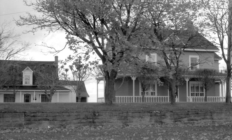 <p>Les maisons B&eacute;rub&eacute;, aujourd&#39;hui.<br /><br />En 1911, la maison paternelle passa &agrave; Alphonse qui, six ans plus tard, la rehaussa d&rsquo;un &eacute;tage pour y accueillir des touristes.&nbsp; En 1948, l&rsquo;un des fils transforma la petite maison, &agrave; gauche sur la photo, dans laquelle il habite toujours.<br /><br />Source photo:<br />Photo : Lynda Dionne, 1992</p>