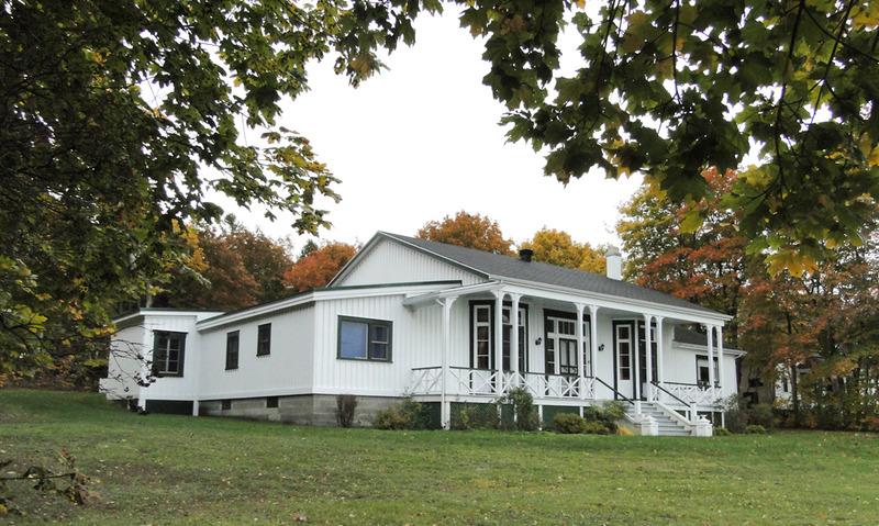 <p>Rockleigh Cottage, villa des Paterson.<br /><br />En 1867, Joseph Martin, menuisier de Cacouna, b&acirc;tit Rockleigh Cottage&nbsp; pour le compte de la famille Paterson.&nbsp; Il suivit les plans dress&eacute;s par la firme d&rsquo;architectes montr&eacute;alais Hopkins &amp; Wily.&nbsp;<br /><br />La villa, partiellement d&eacute;truite par le feu en 1975, &eacute;tait alors la propri&eacute;t&eacute; de la famille Gibault.<br /><br />Source photo:<br />Photo : Yvan Roy</p>