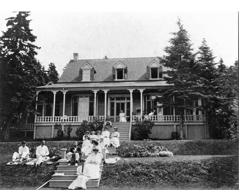 <p>Firwood Cottage, vers 1900.<br /><br />En 1872, dame Lucy McDougall chargeait Fran&ccedil;ois Lachance, entrepreneur de Rivi&egrave;re-du-Loup, de construire Firwood Cottage, une belle r&eacute;sidence d&rsquo;inspiration r&eacute;gionale o&ugrave; sa famille s&eacute;journa pendant plus d&rsquo;un si&egrave;cle.<br /><br />Source photo:<br />Photo : Mary Tudor Montizambert, coll. David Crombie</p>