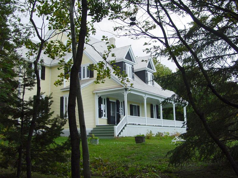 <p>Villa des Gault &ndash; Auberge du Porc-&Eacute;pic.<br /><br />Pour sa part, la villa des Gault fut b&acirc;tie en 1878.&nbsp; Il semble que le bois de cette demeure ait &eacute;t&eacute; transport&eacute; ici par go&eacute;lette.&nbsp; La villa est devenue &laquo;L&rsquo;Auberge du Porc-&Eacute;pic&raquo; en juillet 1994.<br /><br />Ces trois villas cach&eacute;es, maisons d&rsquo;&eacute;t&eacute; d&rsquo;allures diff&eacute;rentes, sont de conception identique puisqu&rsquo;elles s&rsquo;harmonisent toutes bien avec la nature.&nbsp; Les trois entr&eacute;es principales font face au fleuve et des portes-fen&ecirc;tres ouvrent sur de grandes galeries.<br /><br /><br />Source photo:<br />Photo : Yvan Roy</p>