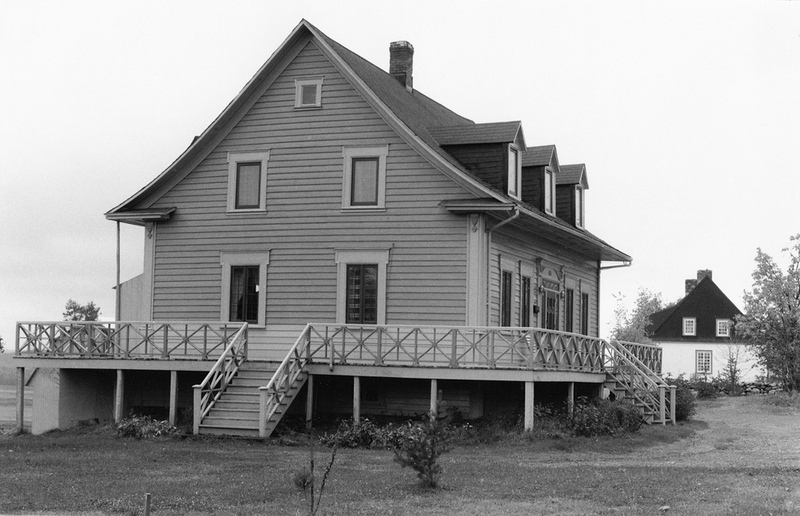 <p>La maison qu&eacute;b&eacute;coise et la maison d&rsquo;esprit fran&ccedil;ais.<br /><br />Lorsque Fran&ccedil;ois X. Hudon dit Beaulieu acheta la terre, la maison &eacute;tait trop exigu&euml; pour ses besoins.&nbsp; Il en fit donc construire une troisi&egrave;me, en 1861.&nbsp; Cette demeure repose sur un solage plus &eacute;lev&eacute; et elle est entour&eacute;e d&rsquo;une grande galerie, partiellement couverte par un larmier.&nbsp; La pente du toit est adoucie et les ouvertures sont sym&eacute;triques.&nbsp; C&rsquo;est une maison traditionnelle qu&eacute;b&eacute;coise, raffin&eacute;e par une ornementation classique.<br /><br />Source photo:<br />Photo : Lynda Dionne, 1992</p>