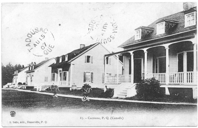 <p>Cliff Cottage, les quatre maisons.<br /><br />&Agrave; travers les arbres qui croissent sur la falaise de Cacouna, aux abords du fleuve Saint-Laurent, on peut encore apercevoir quatre maisons.&nbsp; C&rsquo;est Andrew Thomson, un marchand de bois et banquier de Qu&eacute;bec qui, en 1865, fit b&acirc;tir ces cottages qu&rsquo;il partageait avec sa famille et ses amis.&nbsp; Il choisit un architecte exp&eacute;riment&eacute;, Edward Staveley, qui avait dessin&eacute; les plans de Bijou, sa villa de Qu&eacute;bec, et il chargea Joseph Martin, menuisier du village, de construire quatre b&acirc;tisses de bois en pi&egrave;ce sur pi&egrave;ce, sur un bon solage de pierres.&nbsp; En tous points pareilles, ces villas pittoresques sont munies de grandes portes-fen&ecirc;tres qui s&rsquo;ouvrent sur des galeries et favorisent la complicit&eacute; avec la nature.<br /><br />Source photo:<br />Carte postale, S. Belle, &eacute;dit., Fraserville, P.Q., coll. Yves Lebel</p>