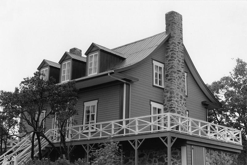 <p>La maison des B&eacute;rub&eacute; apr&egrave;s les r&eacute;novations de 1990.<br /><br />En 1932, le gouverneur g&eacute;n&eacute;ral du Canada, le comte Bessborough, fut re&ccedil;u &agrave; Montrose.&nbsp; Il installa alors ses enfants et leur gouvernante dans cette maison.&nbsp; Des gardes les surveillaient discr&egrave;tement pour &eacute;viter qu&rsquo;ils ne connaissent le m&ecirc;me sort que le b&eacute;b&eacute; de l&rsquo;aviateur Charles A. Lindberg, kidnapp&eacute; cet &eacute;t&eacute; l&agrave;.&nbsp; Durant la guerre de 1939-1945, Lady Dean et ses petits-enfants, des Anglais r&eacute;fugi&eacute;s au Canada, y s&eacute;journ&egrave;rent &agrave; leur tour.&nbsp; Parents et amis multipliaient les invitations pour leur faire oublier ces temps difficiles.<br /><br />Source photo:<br />Photo : Lynda Dionne</p>