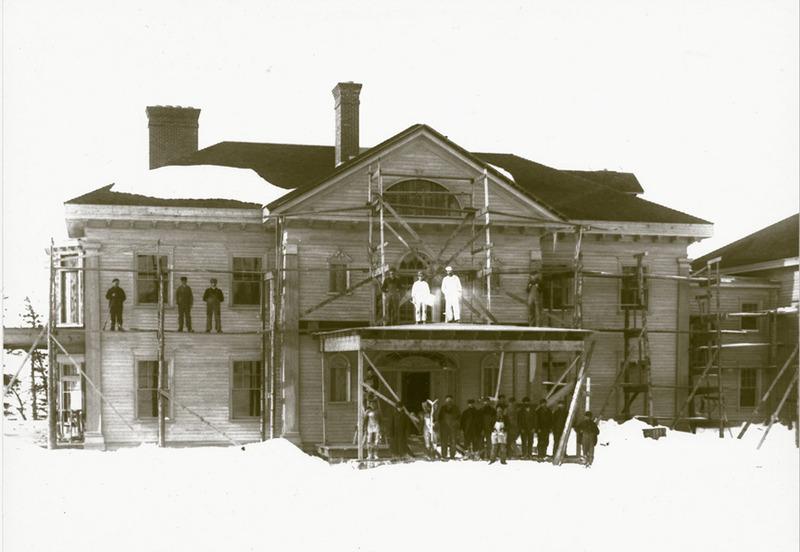 <p>La construction de la villa Montrose par l&rsquo;entrepreneur de L&eacute;vis, Jos Gosselin, en 1900.<br /><br />Le climat, la v&eacute;g&eacute;tation et, particuli&egrave;rement, les falaises de Cacouna rappellent l&rsquo;&Eacute;cosse.&nbsp; C&rsquo;est peut-&ecirc;tre ce qui amena la famille Allan, d&rsquo;origine &eacute;cossaise, &agrave; adopter Cacouna comme lieu de vill&eacute;giature.&nbsp; D&egrave;s 1865, Andrew Allan commen&ccedil;a &agrave; s&eacute;journer ici pendant l&rsquo;&eacute;t&eacute; et son fils, Andrew Alexander, ne tarda pas &agrave; l&rsquo;imiter.&nbsp; En 1900, sir Montagu Allan, fid&egrave;le &agrave; la tradition &eacute;tablie par son oncle et son cousin, d&eacute;cida de se faire construire une prestigieuse r&eacute;sidence d&rsquo;&eacute;t&eacute; de style g&eacute;orgien qu&rsquo;il baptisa Montrose.<br /><br />Source photo:<br />Stanislas Belle, coll. Maison de Pri&egrave;re le C&eacute;nacle</p>
