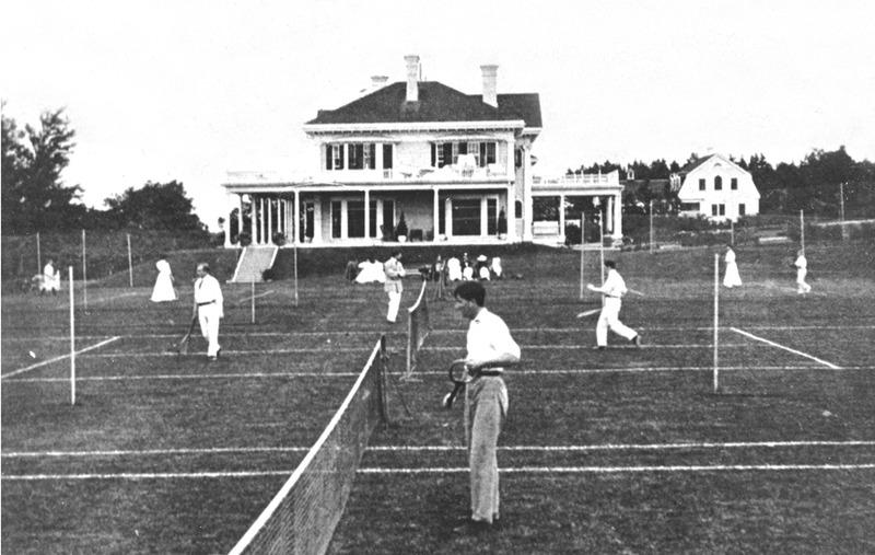 <p>Des joueurs de tennis &eacute;changeant des balles lors d&rsquo;un tournoi &agrave; la villa Montrose, vers 1930.<br /><br />Les visiteurs pouvaient jouer au tennis sur gazon, d&eacute;ambuler &agrave; travers les parterres fleuris, emprunter les sentiers ombrag&eacute;s ou se promener sur la plage.&nbsp; Ils pouvaient &eacute;galement pratiquer le golf et participer aux courses de chevaux organis&eacute;es au village.<br /><br />Source photo:<br />Photo: Mary Tudor Montizambert, coll.&nbsp; David Crombie</p>