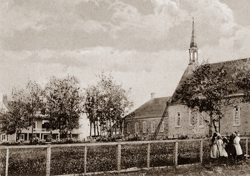 <p>Church and convent around 1920.<br /><br />&laquo;The convent bell summoned the first pupils, who followed the path alongside the church leading to their new school.&raquo;<br /><br />On August 29, 1857, the steemship May Flower stopped at Rivi&egrave;re-du-Loup to let off Sister Mallet, founder of the Sisters of Charity in Quebec City, and five of her companions to found a school where girls could receive a good education.<br /><br />Photo source :<br />&Eacute;dition E. Rivard, Richard Michaud Collection</p>