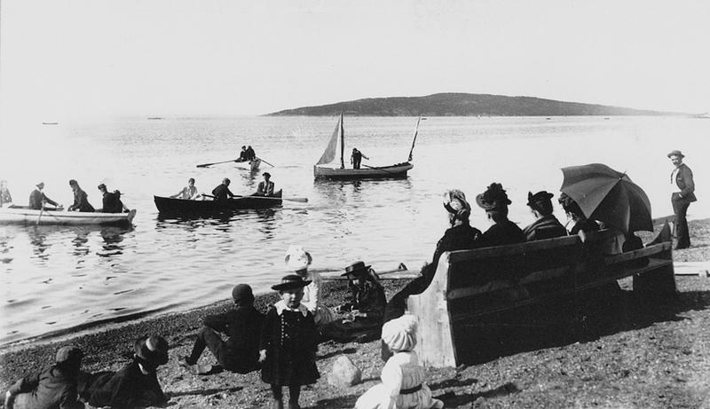 <p>La plage de Cacouna, vers 1890.<br /><br />&Agrave; mar&eacute;e haute, la grande &eacute;tendue de plage fourmillait souvent de vacanciers venus s&rsquo;y baigner ou s&rsquo;y promener en canot, en chaloupe ou &agrave; voile.&nbsp; &Agrave; l&rsquo;&eacute;poque de Nelligan, Cacouna &eacute;tait &agrave; l&rsquo;apog&eacute;e de sa r&eacute;putation de station baln&eacute;aire.<br /><br />Source photo:<br />Archives Nationales du Qu&eacute;bec, Fonds Livernois (P560/N-79-2-77(368)</p>
