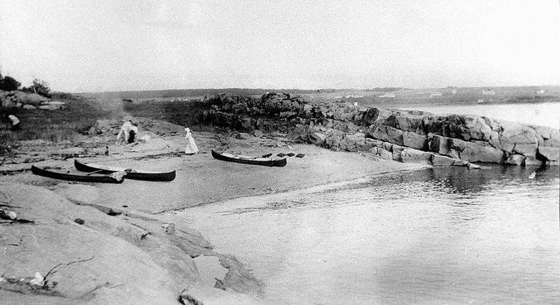 <p>Petite plage de la pointe sud-ouest de l&rsquo;&icirc;le de Gros-Cacouna, vers 1900.<br /><br />Peu friand des grandes foules, &Eacute;mile, adolescent, pr&eacute;f&eacute;rait parfois s&rsquo;&eacute;vader en canot avec quelques amis vers Gros-Cacouna o&ugrave; de petites plages isol&eacute;es les accueillaient, loin du bruit et des regards.<br /><br />Source photo :<br />Mary Tudor Montizambert, coll. David Crombie<br />&nbsp;</p>
