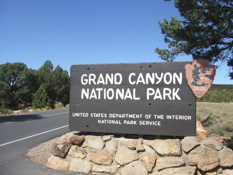 <p>Selon le Service des parcs nationaux, le Grand Canyon attire environ 5 millions de visiteurs par ann&eacute;e. Il est divis&eacute; en deux sections: le versant nord (North Rim) et le versant sud (South Rim). Ce dernier est le plus accessible et est ouvert toute l&#39;ann&eacute;e. En arrivant de Las Vegas, il est simple de se rendre au South Rim.<br /><br />Pourquoi le parc est-il s&eacute;par&eacute; en deux?<br />Un canyon de 446 km s&eacute;pare le parc: voil&agrave; les deux sommets. Le Grand Canyon du fleuve Colorado a 1,6 km de profondeur et cr&eacute;e une barri&egrave;re qui coupe le parc en deux.<br /><br />Le versant sud est &agrave; environ 2100m au-dessus du niveau de la mer. Le North Rim, qui est &agrave; environ 16 km plus loin, est plus petit. Il est ferm&eacute; d&egrave;s la fin octobre jusqu&#39;&agrave; la mi-mai et est plus difficile d&#39;acc&egrave;s. Cette distance para&icirc;t courte, mais il s&#39;agit d&#39;un tour de 346 km en 5h entre le South Rim Village et le North Rim Village. Le paysage, le climat et la v&eacute;g&eacute;tation sont visiblement diff&eacute;rents entre le nord et le sud en raison de diff&eacute;rences d&#39;&eacute;l&eacute;vation. C&#39;est presque comme si on avait deux parcs en un et il faut beaucoup de temps, de pr&eacute;paration et d&#39;efforts pour arriver &agrave; visiter les deux c&ocirc;t&eacute;s du Canyon en un voyage.<br /><br />Autres services offerts:<br />Tours en autobus, v&eacute;los &agrave; louer et tours &agrave; v&eacute;lo, tours en h&eacute;licopt&egrave;re, voyage au dos d&#39;une mule, randonn&eacute;es guid&eacute;es, trajets en radeau, tours en jeep, sentiers dans les for&ecirc;ts, etc.<br /><br />Avant d&#39;aller en randonn&eacute;e:<br />Partir en randonn&eacute;e est une fa&ccedil;on merveilleuse de constater la beaut&eacute; naturelle du canyon et son immensit&eacute;. Toutefois, m&ecirc;me si vous &ecirc;tes un randonneur exp&eacute;riment&eacute;, le Grand Canyon est tr&egrave;s 