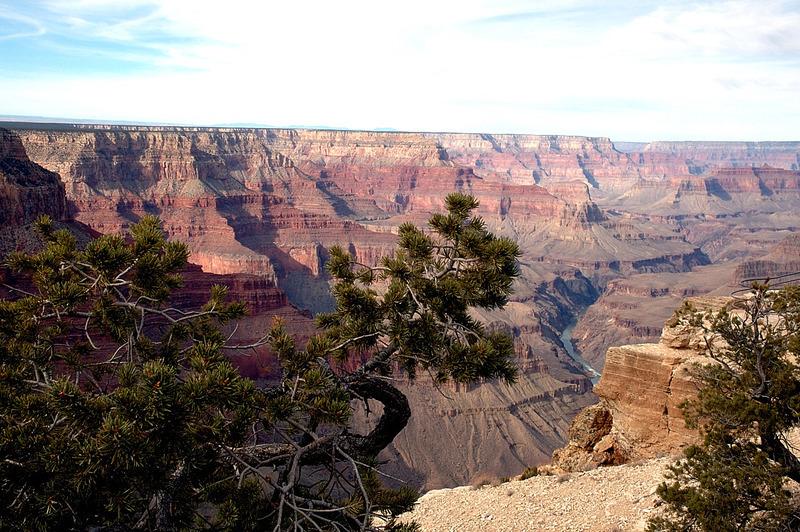 <p>La vue sur les couches rocheuses de la puissante gorge est magnifique. Ce point est recommand&eacute; par les gardes-forestiers et les guides touristiques depuis une centaine d&#39;ann&eacute;es. L&#39;endroit est id&eacute;al pour voir le lever et le coucher du soleil, sans parler de tout ce qui se passe entre les deux. Il s&#39;agit de l&#39;un des points de vue les plus populaires en raison de la largeur du champ de vision. De l&#39;ouest, on peut voir le fleuve Colorado. Des toilettes sont aussi mises &agrave; la disposition des visiteurs.<br /><br />Photo: Bill and Kent</p>