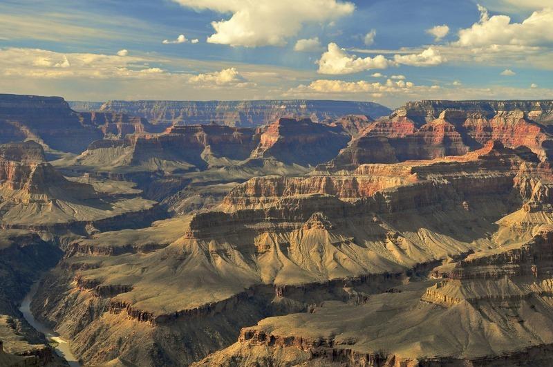 <p>Ce point de vue offre une vue pratiquement verticale au bas du Canyon, permettant de voir dans la zone du drainage du Monument Creek o&ugrave; les routards campent souvent ou sur une petite plage aux abords du fleuve Colorado aux Granite Rapids.<br /><br />Photo: Chuclepix (Steve)</p>