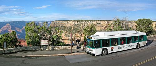 <p>Ce point de vue fait partie du Rim Trail et le Greenway Trail d&eacute;bute ici. La vue est impressionnante. Le sentier suit g&eacute;n&eacute;ralement l&#39;alignement de 1912 d&#39;Hermit Road. Il y a dix points de vue, notamment Pima Point, ainsi que de nombreuses aires de repos au long du parcours. Monument Creek pr&eacute;sente un ruisseau permanent et a cr&eacute;&eacute; une rapide f&eacute;roce o&ugrave; il rencontre le fleuve Colorado.<br /><br />Contrairement &agrave; la croyance populaire, les rapides du fleuve Colorado dans le Grand Canyon ne sont pas les restes d&#39;anciennes chutes. Lorsqu&#39;une pluie d&#39;orage ou une pluie prolong&eacute;e tombe dans un canyon secondaire, le trop-plein qui en r&eacute;sulte accumule de la vitesse en descendant les versants escarp&eacute;s des rochers et des sols avec peu de v&eacute;g&eacute;tation. Les d&eacute;bris forment un petit barrage dans le fleuve. Le fleuve gagne en rapidit&eacute; au-dessus des roches submerg&eacute;es, cr&eacute;ant une rapide.<br /><br />Photo: Grand Canyon NPS</p>