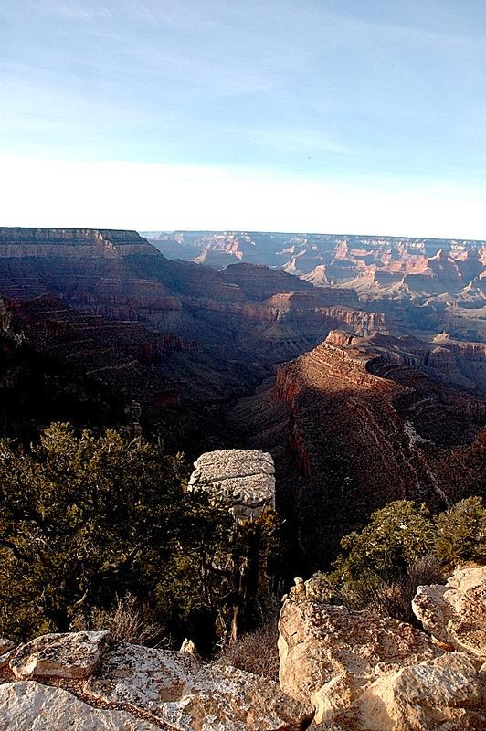 <p>&Agrave; 2250m, il s&#39;agit de l&#39;un des points les plus &eacute;lev&eacute;s, except&eacute; pour le Navajo Point et le Desert View. Par cons&eacute;quent, il y a un peu plus de pr&eacute;cipitations et la for&ecirc;t est plus dense que dans la plupart des autres r&eacute;gions. Ce point est le plus &eacute;loign&eacute; du fleuve et les falaises au sommet sont g&eacute;n&eacute;ralement moins abruptes qu&#39;&agrave; d&#39;autres, le sentier est donc relativement facile pour descendre jusqu&#39;&agrave; l&#39;int&eacute;rieur du Canyon. Les meilleures vues sont &agrave; une courte distance du Grandview point puisque le point de vue officiel est obstru&eacute; par des arbres. Avant la construction d&#39;El Tovar Lodge, Grandview &eacute;tait la premi&egrave;re place au long du sommet &agrave; &ecirc;tre con&ccedil;ue pour des touristes, avec des installations incluant un h&ocirc;tel construit en 1895, mais il a &eacute;t&eacute; laiss&eacute; &agrave; l&#39;abandon apr&egrave;s quelques ann&eacute;es d&#39;op&eacute;ration seulement, peu de traces en demeurent &agrave; ce jour.<br /><br />Photo: Bill and Kent</p>