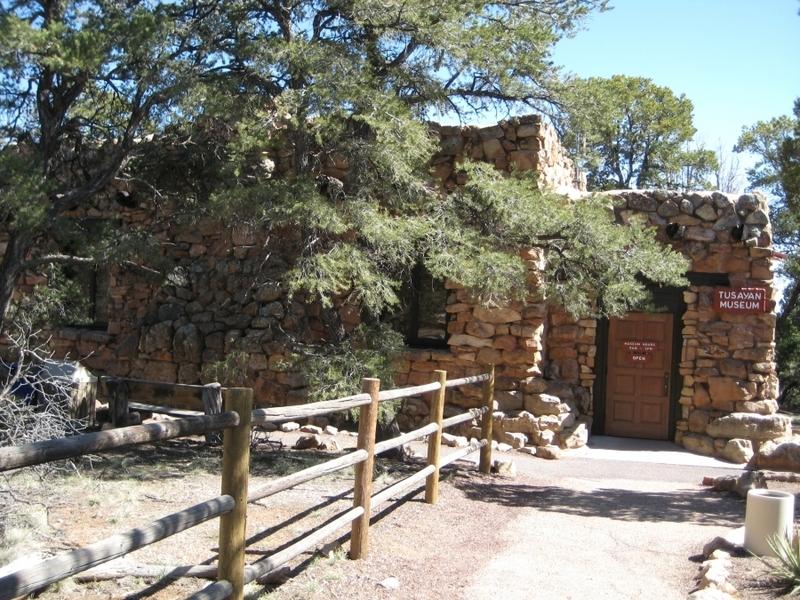 <p>Les ruines de Tusayan sont les restes d&#39;un petit village Pueblo ancestral. Un court sentier de 200 m entoure les ruines et donne l&#39;occasion d&#39;en apprendre plus sur cet endroit et sur le peuple qui habitait autrefois ici.<br /><br />T&eacute;l&eacute;chargez le guide des <a href='http://www.nps.gov/grca/planyourvisit/upload/Tusayan.pdf'>ruines de Tusayan</a> (PDF en anglais)<br /><br />Le mus&eacute;e Tusayan et la librairie ont des expositions qui aident &agrave; ramener les ruines &agrave; la vie. Une aire de pique-nique et des toilettes sont situ&eacute;es ici.<br /><br />Photo: Puroticorico</p>