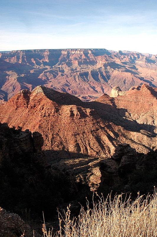 <p>Ce point est tout simplement magnifique. Il montre &agrave; peu pr&egrave;s tout ce que le Grand Canyon a &agrave; offrir. Le plus impressionnant: on voit le fleuve, le d&eacute;but de la gorge int&eacute;rieure, la r&eacute;gion noir-rose faite de roches ign&eacute;es et m&eacute;tamorphiques, le Grand Canyon Supergroup, des roches s&eacute;dimentaires l&eacute;g&egrave;rement inclin&eacute;es, et les couches horizontales distinctes qui dominent la partie sup&eacute;rieure du Canyon.<br /><br />En plus, il est assez haut pour contempler certains terrains distants qui entourent le Grand Canyon. On peut y observer Unkar Delta, son sol riche est un endroit convenable pour faire de l&#39;agriculture; des preuves arch&eacute;ologiques montrent qu&#39;il &eacute;tait utilis&eacute; comme terre cultiv&eacute;e dans l&#39;&egrave;re pr&eacute;historique. Plusieurs artefacts des anciens peuples du Grand Canyon peuvent &ecirc;tre vus au Tusuyan Museum. Il a ses propres ruines &agrave; l&#39;int&eacute;rieur du b&acirc;timent principal et est une excellente source pour apprendre l&#39;histoire des hommes de l&#39;Antiquit&eacute;. Les Hance Rapids peuvent &eacute;galement &ecirc;tre aper&ccedil;ues d&#39;ici.</p>
