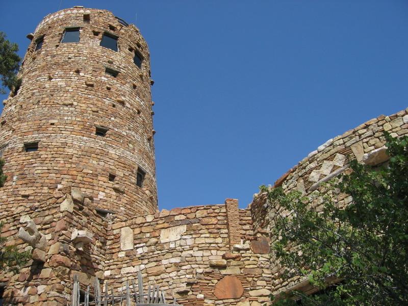 <p>La tour d&#39;observation se trouve &agrave; l&#39;est du versant sud. &Agrave; une hauteur de 20m et une base de 9m, elle a une fondation de b&eacute;ton et une charpente d&#39;acier bien cach&eacute;e dans les pierres de la tour. Le niveau du sol de la tour &eacute;tait une grande salle d&#39;observation avec une vue spectaculaire sur le Grand Canyon. En haut, le Hopi Room pr&eacute;sente des peintures d&#39;un artiste Hopi Fred Kabotie. Un pont d&#39;observation ext&eacute;rieur se trouve au-dessus de la salle d&#39;observation.<br /><br />L&#39;aspect le plus notable de l&#39;ext&eacute;rieur est la ma&ccedil;onnerie. L&#39;utilisation de la texture cr&eacute;e une profondeur visuelle. De larges sections de la tour, par exemple, ont un fini doux qui par endroits est bris&eacute; par des pierres l&eacute;g&egrave;rement plus larges qui d&eacute;passent de la surface du mur. La fenestration dans la tour est irr&eacute;guli&egrave;re, mis &agrave; part l&#39;aire d&#39;observation au sommet de la structure o&ugrave; de larges trap&egrave;zes en baies vitr&eacute;es permettent aux observateurs de voir la campagne environnante dans toutes les directions. Le rassemblement prudent des formes de Mary Colter ajoute de l&#39;intensit&eacute; &agrave; la tour.<br /><br />L&#39;entr&eacute;e principale de la structure m&egrave;ne dans la plus grande pi&egrave;ce du b&acirc;timent, d&#39;abord connue sous le nom de kiva room, qui est circulaire. Le plafond est fait de b&ucirc;ches r&eacute;cup&eacute;r&eacute;es de l&#39;ancien Grand View Hotel sur Horseshoe Mesa au Canyon. Les b&ucirc;ches forment un motif trouv&eacute; dans l&#39;architecture pr&eacute;historique am&eacute;rindienne qui est toujours utilis&eacute; dans certaines structures indiennes de nos jours. Une &eacute;chelle du centre de la pi&egrave;ce m&egrave;ne &agrave; une ouverture dans le plafond qui semble fonctionnelle mais qui est fausse. Une foyer vo&ucirc;t&eacute; au bord de la pi&egrave;ce a une bai