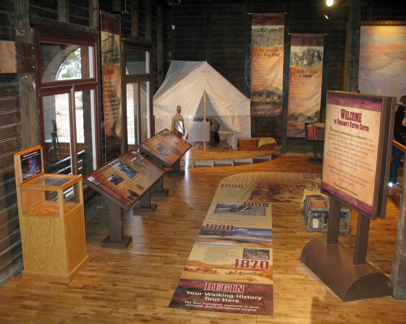 <p>Bienvenue dans un parcours qui vous fera d&eacute;couvrir l&#39;histoire du Grand Canyon. Des gens ont v&eacute;cu ici pendant plus de 10 000 ans. Aujourd&#39;hui, au moins 12 tribus am&eacute;rindiennes consid&egrave;rent le Grand Canyon comme une partie de leur terre natale. La grandeur du Canyon attire des millions de visiteurs chaque ann&eacute;e de partout dans le monde.<br /><br />Il y a 10 000 ans: Des chasseurs nomades vivaient ici. Ils pourraient avoir jou&eacute; un r&ocirc;le dans l&#39;extinction de grands mammif&egrave;res tel le Paresseux de Shasta.<br /><br />Il y a 4000 ans: Les Pal&eacute;oindiens faisaient des figurines &laquo;split-twigs&raquo;. Elles ont &eacute;t&eacute; trouv&eacute;es dans des caves. Elles font partie des plus vieux artefacts fabriqu&eacute;s par l&#39;homme dans le Grand Canyon.<br /><br />Il y a 1000 ans: Les Pueblos ancestraux cultivaient le fond du canyon. Ces espaces leur servaient &agrave; entreposer leurs r&eacute;coltes.<br /><br />Il y a 150 ans: John Wesley Powell a men&eacute; la premi&egrave;re exploration g&eacute;ologique dans le Grand Canyon en 1869.<br /><br />Photo: Grand Canyon NPS</p>