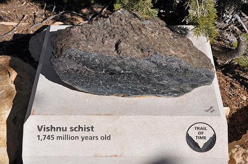 <p>Les rochers Vishnu sont pr&egrave;s du fond du canyon. Ces roches de socle se sont form&eacute;es il y a de 1660 &agrave; 1750 millions d&#39;ann&eacute;es. Elles racontent l&#39;histoire de la formation de la cro&ucirc;te continentale de la Terre dans cette r&eacute;gion. Il y a 1750 millions d&#39;ann&eacute;es, des cha&icirc;nes d&#39;&icirc;les volcaniques se trouvaient sur ces lieux. 30 ann&eacute;es plus tard, les roches de socle formant les plaques terrestres sont entr&eacute;es en collision et les cha&icirc;nes d&#39;&icirc;les se sont soud&eacute;es ensemble.<br /><br />Photo: Grand Canyon NPS</p>