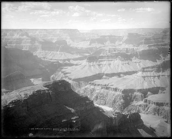 <p>L&#39;un des premiers Euro-am&eacute;ricains &agrave; visiter ce qui est aujourd&#39;hui le Grand Canyon est Sanford Rowe. D&#39;autres colons et lui ont pass&eacute; quelques ann&eacute;es &agrave; construire des chemins au long du versant sud pour connecter des points pittoresques les uns aux autres et aux chemins qui menaient les touristes au Canyon. En 1914, William Wallace Bass a fait l&#39;annonce qu&#39;il am&egrave;nerait les invit&eacute;s du Village &agrave; Hopi point en semi-remorque pour un dollar, racontant &agrave; ses invit&eacute;s sa propre version de la cr&eacute;ation du Canyon en chemin.<br /><br />L&#39;&eacute;tablissement de Rowe n&#39;a jamais &eacute;t&eacute; aussi populaire que ceux d&#39;autres exploitants d&#39;entreprises touristiques, mais le site qu&#39;il a choisi pour camper demeure un important point au long du versant sud.<br /><br />L.C. McClure de Denver a photographi&eacute; entre 1905 et 1910 l&#39;endroit qui s&#39;appelait autrefois Rowe&#39;s Point. Cr&eacute;dit: Western History/Genealogy Department, Denver Public Library.</p>