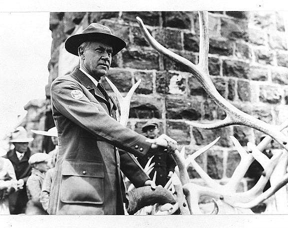 <p>Mather Point doit son nom &agrave; Stephen Mather, le premier directeur du service du parc national et l&#39;un des principaux militants pour &eacute;tablir un Parc national du Grand Canyon. Son travail dans l&#39;industrie du borax l&#39;a rendu millionnaire, et ses passe-temps pr&eacute;f&eacute;r&eacute;s &eacute;taient la randonn&eacute;e et l&#39;alpinisme. Il a plus tard fait partie de la campagne de cr&eacute;ation d&#39;une seule agence f&eacute;d&eacute;rale qui superviserait tous les parcs nationaux, qui, &agrave; l&#39;&eacute;poque, &eacute;taient dirig&eacute;s par une vari&eacute;t&eacute; d&#39;agences, notamment le Forest Service and War Department. Son plaidoyer et son influence ont jou&eacute; un r&ocirc;le important dans la cr&eacute;ation du premier service du parc national en 1916. Comme r&eacute;compense pour ses efforts, en mai 1917, Mather a &eacute;t&eacute; nomm&eacute; le premier directeur du service du parc national. Mather croyait que les panoramas de ces magnifiques paysages et de cette beaut&eacute; inhabituelle devaient &ecirc;tre pr&eacute;serv&eacute;s. Il a aussi encourag&eacute; le d&eacute;veloppement du tourisme en coop&eacute;rant avec des compagnies de chemins de fer et des concessionnaires pour aider les visiteurs &agrave; se rendre aux parcs isol&eacute;s. Il a aussi d&eacute;pens&eacute; une grande partie de son argent pour construire des infrastructures indispensables dans plusieurs des parcs.<br /><br />En 2000, le NPS a ouvert le Canyon View Information Plaza, un nouveau centre de visiteurs, au sud du Mather Point. Ce site offre des installations int&eacute;rieures de programmes, une librairie, des vendeurs de nourriture et de nombreuses expositions ext&eacute;rieures qui offrent une vari&eacute;t&eacute; d&#39;informations sur le parc et des suggestions sur quoi voir et quoi faire.<br /><br />Le NPS travaille pr&eacute;sentement sur des am&eacute;liorations pour les visiteurs du Mather Point, comme un amphith&eacute;