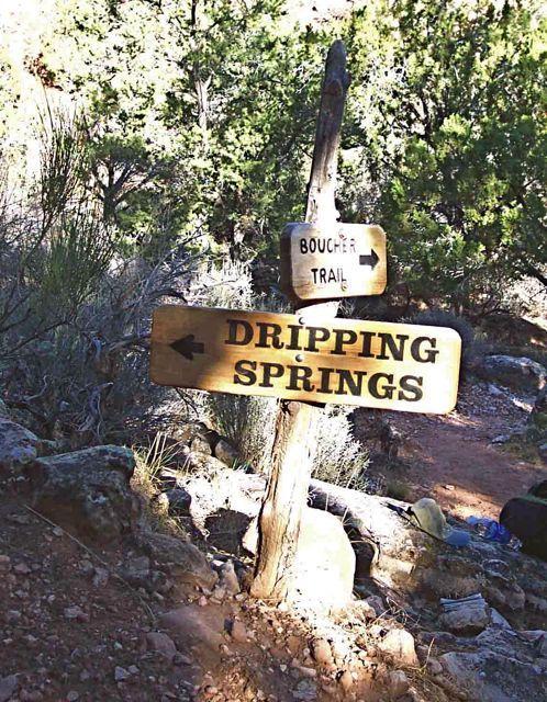 <p>Difficult&eacute;: 3,5 (interm&eacute;diaire)<br />Distance: 10 km aller<br />Dur&eacute;e: 3-4h aller<br />&Eacute;l&eacute;vation: -697m<br /><br />Situ&eacute; sur le versant sud, Boucher Trail offre l&#39;acc&egrave;s &agrave; une partie charmante et isol&eacute;e du Grand Canyon, mais la beaut&eacute; a un prix. Le Boucher met les randonneurs exp&eacute;riment&eacute;s au d&eacute;fi. Le sentier est constitu&eacute; de travers&eacute;es difficiles, m&ecirc;me p&eacute;nibles reli&eacute;es ensemble par les descentes &agrave; vous en d&eacute;truire les genoux, avec une section expos&eacute;e o&ugrave; il faut grimper avec ses mains et ses pieds. D&#39;un autre c&ocirc;t&eacute;, le canyon semble toujours faire compenser les efforts physiques par des r&eacute;compenses spirituelles, et des occasions d&#39;explorer des canyons secondaires, de tomber sur des animaux, examiner de la g&eacute;ologie ancienne ou de toucher le fleuve Colorado au bas du Grand Canyon.<br /><br />Le Boucher Trail a &eacute;t&eacute; cr&eacute;&eacute; par Louis D. Boucher, l&#39;ermite du bassin d&#39;Hermit Creek. Boucher s&#39;occupait de r&eacute;sidences saisonni&egrave;res &agrave; Dripping Spring et pr&egrave;s de Boucher Creek et a v&eacute;cu dans la r&eacute;gion pendant 20 ans. Consid&eacute;r&eacute; comme ermite parce qu&#39;il vivait seul, Boucher &eacute;tait en fait tr&egrave;s connu et s&#39;impliquait socialement dans la communaut&eacute; du South Rim durant la fin du 19e si&egrave;cle. Boucher a appel&eacute; son sentier le &quot;Silver Bell&quot;. Tr&egrave;s peu de randonneurs modernes suivent le Silver Bell Trail d&#39;origine du sommet au-dessus de Dripping Spring. La plupart des routes sinueuses sont intactes, mais la localisation du d&eacute;but du sentier n&#39;est plus accessible en v&eacute;hicule. Pour des raisons pratiques, le Boucher Trail, tel que nous le connaissons aujourd&#39;hui, commence &agrave; l&#39;intersection sous Dripping Spring.<br /><br />R