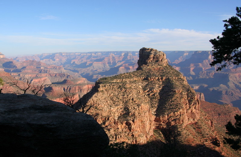<p>Difficult&eacute;: 5<br />Distance: 11km aller<br />Dur&eacute;e: 5-6h aller<br />&Eacute;l&eacute;vation: -1350m<br /><br />Ce sentier est situ&eacute; sur le versant sud. En 1883, John Hance est devenu le premier am&eacute;ricain europ&eacute;en &agrave; s&#39;installer au Grand Canyon. Il construisait ses sentiers pour l&#39;exploitation mini&egrave;re, mais il a r&eacute;alis&eacute; rapidement que les profits se trouvaient dans le travail en tant que guide et directeur d&#39;h&ocirc;tel. Depuis le tout d&eacute;but de ses affaires touristiques, avec sa voix tra&icirc;nante du Tennessee, son intelligence, son imagination sans retenue, son habilet&eacute; &agrave; ne jamais raconter une histoire de la m&ecirc;me fa&ccedil;on, il s&#39;est construit une r&eacute;putation de raconteur excentrique et tr&egrave;s divertissant. La pr&eacute;sence &eacute;parpill&eacute;e d&#39;amiante abandonn&eacute;e et de mines de cuivre rappelle ses intentions originelles pour la r&eacute;gion.<br /><br />Peu apr&egrave;s son arriv&eacute;e, John a am&eacute;lior&eacute; un ancien sentier Havasupai &agrave; l&#39;entr&eacute;e du drainage de Hance Creek, l&quot;Old Hance Trail&quot;, mais il &eacute;tait sujet &agrave; de fr&eacute;quents fiascos. Lorsque des &eacute;boulements l&#39;ont rendu impraticable, il a construit le New Hance Trail au bas de Red Canyon. Aujourd&#39;hui, le sentier suit de tr&egrave;s pr&egrave;s celui de 1894. Sa r&eacute;putation est similaire &agrave; celle du sentier d&#39;origine, comme le montre le commentaire du r&eacute;dacteur touristique Burton Homes en 1904 (il n&#39;a pas beaucoup exag&eacute;r&eacute;):<br /><br />&laquo;Certains hommes peuvent se promener sereinement sur Hance&#39;s Trail, mais je reconnais que je n&#39;en fais pas partie. Mon but en amor&ccedil;ant cette descente a &eacute;t&eacute; de vivre pour raconter l&#39;histoire et, par cons&eacute;quent, j&#39;ai pris mon courage &agrave; deux mains pour mettre pied &agrave; terr