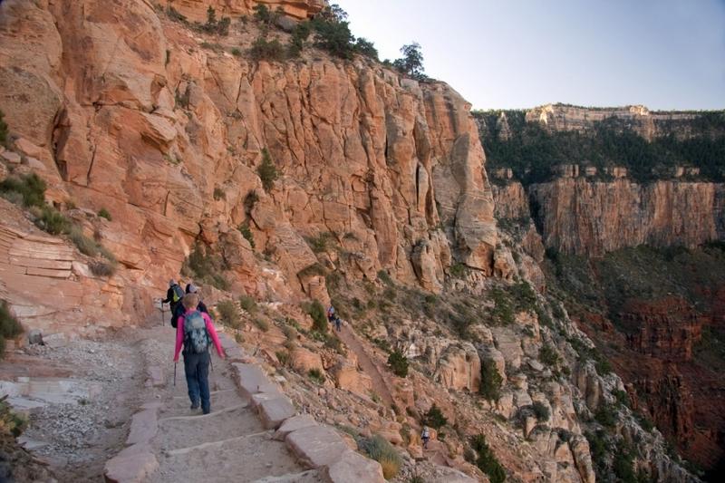 <p>Difficult&eacute;: 5 (avanc&eacute;)<br />Distance: 10,5 km aller<br />Dur&eacute;e: 3-5h aller<br />&Eacute;l&eacute;vation: -1400m<br /><br />Situ&eacute; sur le versant sud, le South Kaibab Trail est un chemin moderne, ayant &eacute;t&eacute; construit comme moyen par lequel les visiteurs du parc pouvaient contourner le Bright Angel Trail de Ralph Cameron. Ce dernier, qui poss&eacute;dait ce sentier et qui facturait un p&eacute;age pour ceux qui l&#39;utilisaient, a men&eacute; une douzaine de batailles l&eacute;gales pendant plusieurs d&eacute;cennies pour conserver ses droits commerciaux. Ces batailles l&eacute;gales ont inspir&eacute; le Santa Fe Railroad a construire son propre sentier alternatif, le Hermit Trail, commen&ccedil;ant en 1911 avant que le Service du parc national construise le South Kaibab Trail en 1924. &Agrave; sa fa&ccedil;on Cameron a contribu&eacute;, par inadvertance, au grand r&eacute;seau de sentiers pr&eacute;sentement disponibles pour les visiteurs du canyon.<br /><br />Rappelez-vous du temps qu&#39;il vous faut pour marcher dans Phantom Ranch, ajoutez 50% pour faire bonne mesure et vous avez une id&eacute;e du temps qu&#39;il vous faut pour sortir. Encore mieux, descendez sur Kaibab et remontez par Bright Angel pour conna&icirc;tre les deux sentiers. Kaibab sera probablement les 10,5 km les plus intenses que vous allez marcher. Les vues sont &agrave; couper le souffle. Apportez deux paires de souliers et changez-les au milieu du chemin pour reposer vos pieds et minimiser les ampoules. Du velours de coton en vaudra la peine si vous vous faites souvent des ampoules.<br /><br />Gardez en t&ecirc;te que la temp&eacute;rature va changer.<br /><br />Photo: Ronnie MacDonald</p>