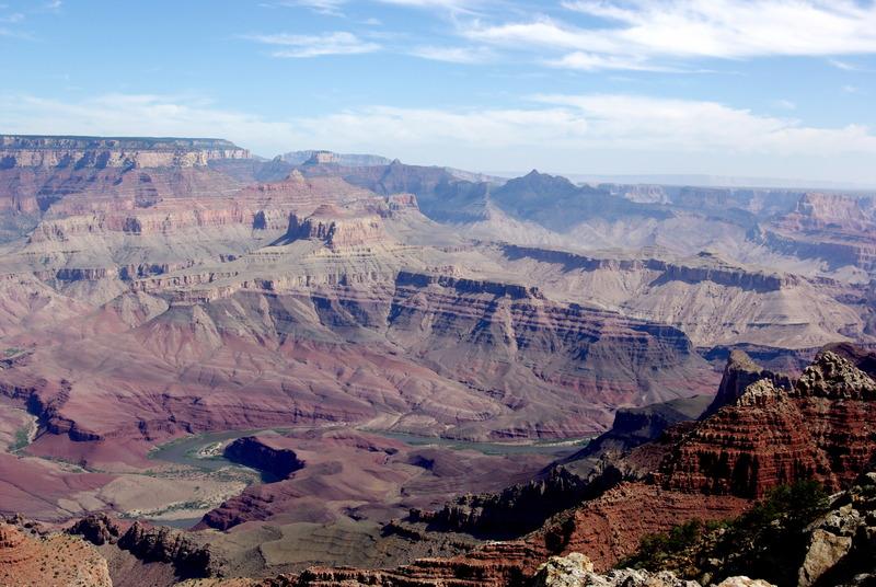 <p>Difficult&eacute;: 5 (avanc&eacute;)<br />Distance: 12 km aller<br />Dur&eacute;e: 5h aller<br />&Eacute;l&eacute;vation: -1400m<br /><br />Ce sentier est situ&eacute; sur le versant sud. Les parties inf&eacute;rieures du Grand Canyon sous Desert View sont domin&eacute;es par une suite de couches de rochers inclin&eacute;s connus sous le nom de Grand Canyon Supergroup. Le Supergroup est une collection complexe d&#39;anciennes roches s&eacute;dimentaires et ign&eacute;es datant de 800 millions &agrave; 1,2 milliard d&#39;ann&eacute;es, les d&eacute;p&ocirc;ts s&eacute;dimentaires les plus vieux du Canyon. Les rochers color&eacute;s sont doux et facilement &eacute;rod&eacute;s alors le sol du canyon est inhabituellement large, offrant des vues non entrav&eacute;es de certains des murs les plus abrupts que l&#39;on peut retrouver sous le sommet.<br /><br />En plus d&#39;&ecirc;tre remarquable sur le plan g&eacute;ologique, le Tanner Trail est aussi important sur le plan historique. Les Indig&egrave;nes ont utilis&eacute; cette route sommet &agrave; rivi&egrave;re pendant plusieurs milliers d&#39;ann&eacute;es et le sentier tel que nous le connaissons aujourd&#39;hui a &eacute;t&eacute; constamment utilis&eacute; depuis 1890 (lorsqu&#39;il a &eacute;t&eacute; am&eacute;lior&eacute; par Franklin French et Seth Tanner). Le Tanner Trail a permis aux mineurs d&#39;acc&eacute;der &agrave; leurs concessions et a &eacute;t&eacute; utilis&eacute; comme l&#39;&eacute;l&eacute;ment sud de la route peu recommandable d&#39;Horsethief.<br /><br />L&#39;historique Tanner Trail est l&#39;acc&egrave;s principal &agrave; pied &agrave; l&#39;est du Grand Canyon. Le sentier n&#39;est pas entretenu et figure parmi les sentiers les plus difficiles au sud, mais pour un randonneur exp&eacute;riment&eacute;, la prime esth&eacute;tique de l&#39;endroit sera une compensation suffisante.<br /><br />Ce qui reste d&#39;un sentier autrefois populaire chez les pionniers descend la vall&eacute;e im