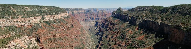 <p>Difficult&eacute;: 0,5 (facile)<br />Distance: 4,8 km<br />Dur&eacute;e: 1h30<br />&Eacute;l&eacute;vation: -15m<br /><br />Ce sentier est situ&eacute; sur le versant nord. Gilbert Stanley Underwood a con&ccedil;u des cabanes rustiques plut&ocirc;t qu&#39;une unit&eacute; h&ocirc;teli&egrave;re. Une &eacute;quipe de 125 hommes, gagnant entre 50 et 85 sous par heure, ont travaill&eacute; pendant le rude hiver de 1927-28 pour construire la cabane. Lorsqu&#39;elle a &eacute;t&eacute; ouverte au public en 1928, les employ&eacute;s faisaient la ligne &agrave; la porte pour chanter une chanson de bienvenue. En soir&eacute;e, ils organisaient un spectacle amateur suivi d&#39;une danse. Les visiteurs partaient sur les chants d&#39;une chanson d&#39;adieu chant&eacute;e par l&#39;&eacute;quipe. Le premier septembre 1932, le feu a ras&eacute; le Grand Canyon Lodge de 4 ans. La reconstruction a recommenc&eacute; en 1936. La conception a &eacute;t&eacute; modifi&eacute;e: des toits plus pentus ont remplac&eacute; les ponts d&#39;observation sur un toit plat, ils ont utilis&eacute; plus de pierre et moins de bois. La durabilit&eacute; sous la neige et la r&eacute;sistance au feu ont &eacute;t&eacute; am&eacute;lior&eacute;es. La tour, avec son mus&eacute;e et ses expositions sur l&#39;histoire naturelle assembl&eacute;s m&eacute;ticuleusement par le naturaliste Eddie McKee, n&#39;a jamais &eacute;t&eacute; remplac&eacute;e. Lorsque l&#39;Union Pacific Railroad, constructeur de la cabane, a cess&eacute; les op&eacute;rations en 1971, il n&#39;avait aucune raison de promouvoir des lieux d&#39;h&eacute;bergement comme le Grand Canyon Lodge. Il a &eacute;t&eacute; donn&eacute; au service du parc national, qui loue les b&acirc;timents &agrave; un concessionnaire. La cabane fait partie du registre national de lieux historiques, ce qui assure que cette structure de belle apparence est entretenue dans sa condition actuelle jusqu&#39;&agrave; ce que l&#39;&eacute;rosion du canyon repr