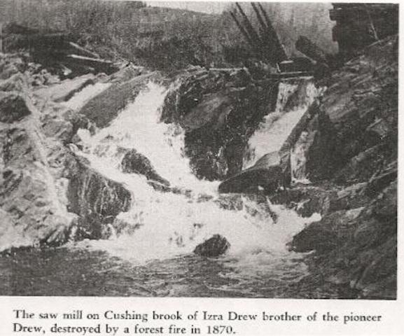 <p>L&rsquo;un des premiers d&eacute;fricheurs de Dixville, Drew, construit un barrage dans les ann&eacute;es 1830. Le moulin &agrave; scie de son fr&egrave;re Izra est d&eacute;truit par un feu de for&ecirc;t en 1870 et reconstruit par apr&egrave;s. C&rsquo;est en l&rsquo;honneur de cette famille que Dixville porte le nom de Drew&rsquo;s Mills &agrave; cette &eacute;poque.</p>