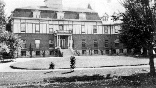 <p>Fond&eacute; en 1874 par le R&eacute;v&eacute;rend Joseph Dinzey, cet &eacute;difice &eacute;tait autrefois le Compton Ladies College.</p>