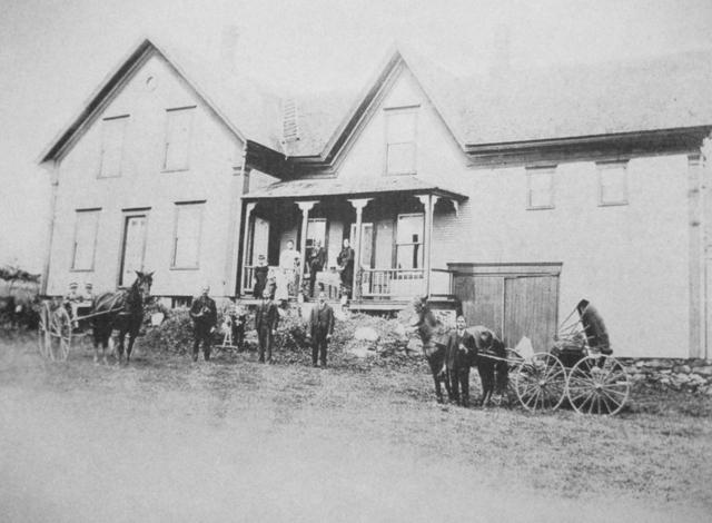 <p>Photo prise en 1902 de la maison familiale Lefebvre construite en 1879. Sur le perron, on aper&ccedil;oit Hermine &agrave; droite en noir et ses trois fils devant&nbsp;&nbsp; la maison. L&rsquo;homme sur la galerie pourrait &ecirc;tre Alfred mais c&rsquo;est &nbsp;incertain, car il est d&eacute;c&eacute;d&eacute; en 1902.</p>
