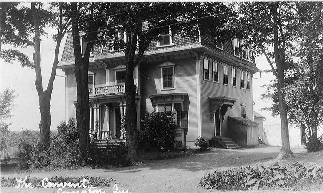 <p>Le couvent de Compton &eacute;tait une maison d&#39;enseignement tenue par les s&oelig;urs de la Pr&eacute;sentation de Marie. Apr&egrave;s le d&eacute;part des s&oelig;urs, le b&acirc;timent a servi d&#39;&eacute;cole primaire. Aujourd&#39;hui, on y retrouve une garderie, la biblioth&egrave;que et la salle communautaire sur le chemin de Hatley. Estelle Bureau y a &eacute;tudi&eacute; &eacute;tant jeune.</p>